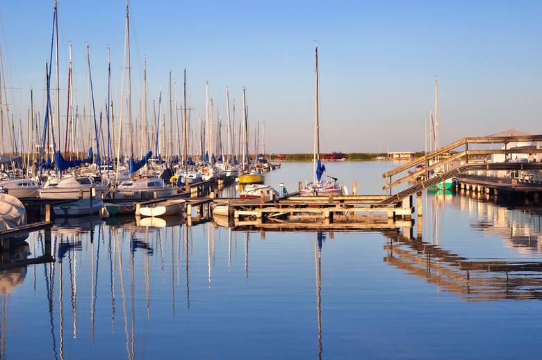 Przystań żeglarska w Rust nad jeziorem Nezyderskim
