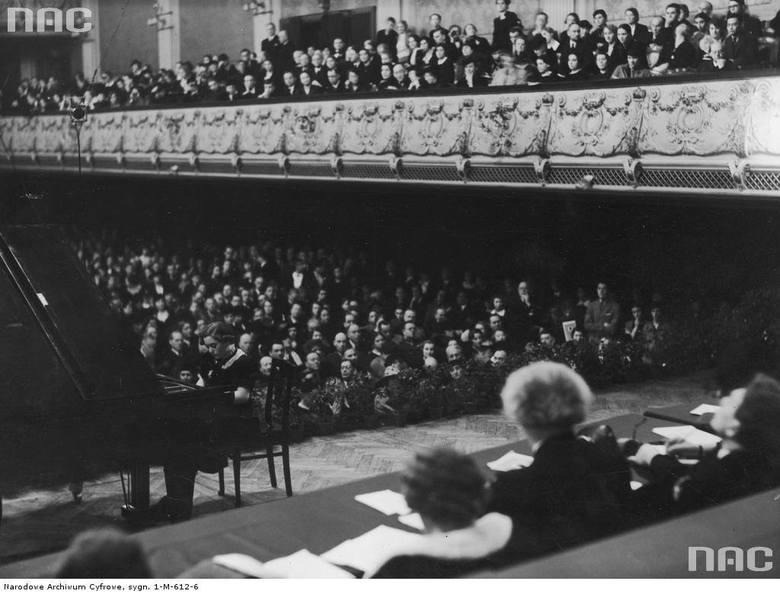 Szesnastoletnia austriacka pianistka W. Waechter podczas pierwszego występu konkursowego