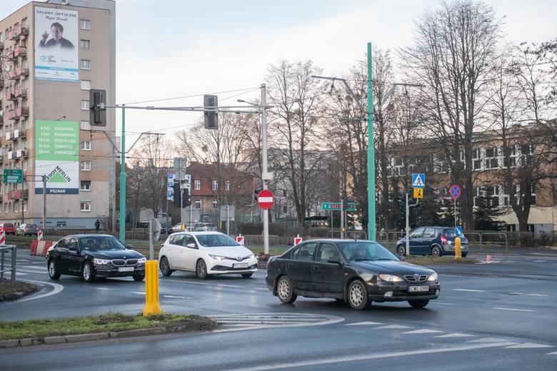 Prace na skrzyżowaniu ulic Hetmańskiej i Dmowskiego mają rozpocząć się w lipcu 2020 roku. Zarząd Dróg Miejskich informuje, że azyl dla pieszych zostanie poszerzony, lewoskręt z ul. Hetmańskiej w Dmowskiego zlikwidowany, a wyspy dzielące na ul. Dmowskiego przebudowane.