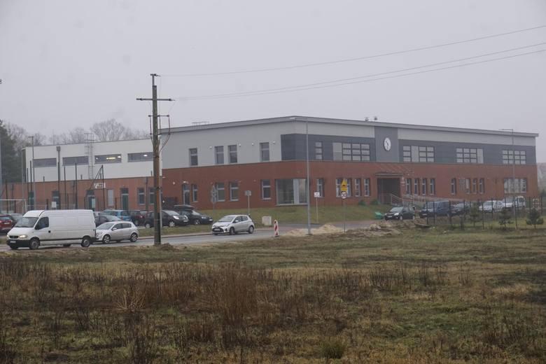 Prokuratura w Koninie sprawdza czy podczas budowy szkoły podstawowej przy ul. Konwaliowej w Suchym Lesie doszło do popełnienia przestępstwa przez wójta Grzegorza Wojterę