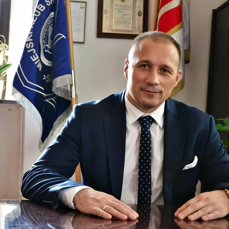 Jest burmistrzem od 2014 roku. Ma 46 lat. W wyborach samorządowych startował z Porozumienia Gospodarczego. Przed objęciem urzędu burmistrza Szydłowca