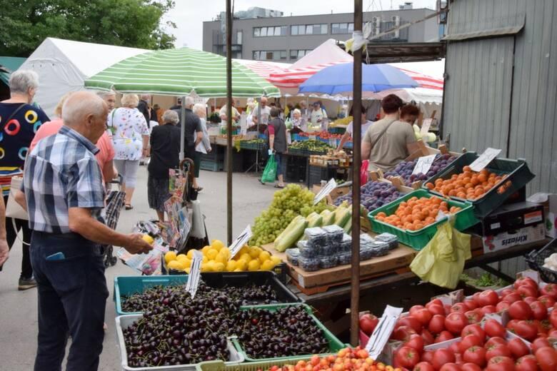 We wtorek 20 lipca na kieleckich bazarach ruch był bardzo duży. Nadal bardzo tanie są pomidory, mocno staniały ziemniaki, czereśnie. Lekko wzrosły ceny
