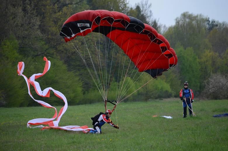 Skoki z samolotu Cessna 206 wykonali członkowie grupy SkyMagic.