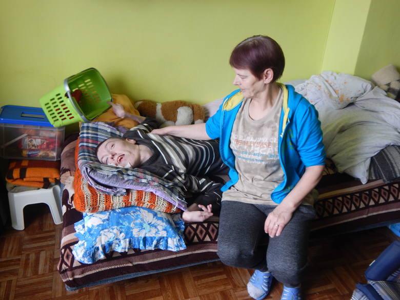 Pani Lidia mieszka przy l. Roosevelta, sama opiekuje się 32-letnim niepełnosprawnym Tomkiem i potrzebuje pomocy.