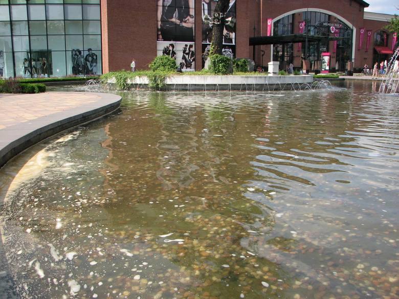 Wrocław: Woda w fontannie przy centrum Magnolia Park jest brudna? Dyrekcja zaprzecza