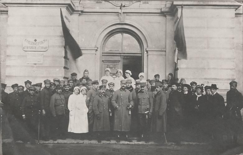 Piłsudski z personelem szpitala legionowego, kwiecień 1916 r.