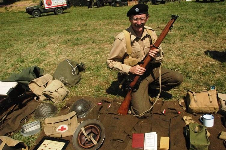 Dale Taylor w oficerskim mundurze żołnierza angielskiego. Tylko kurtkę ściągnął, bo upał w sobotę był niemiłosierny.