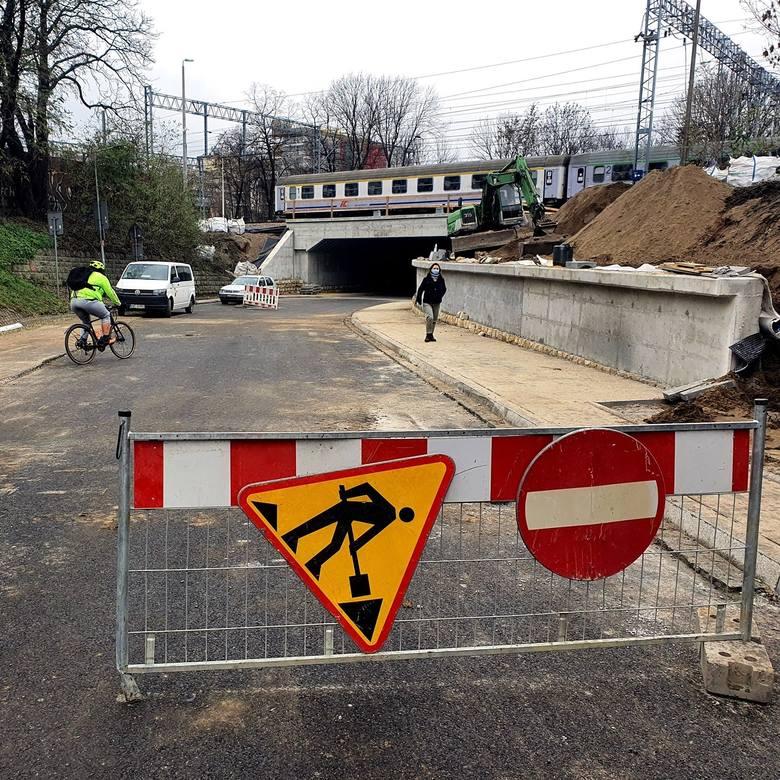 Kraków. Przejazd pod wiaduktem na ul. Łokietka ma zostać otwarty w grudniu. Na razie są tam duże utrudnienia [ZDJĘCIA]