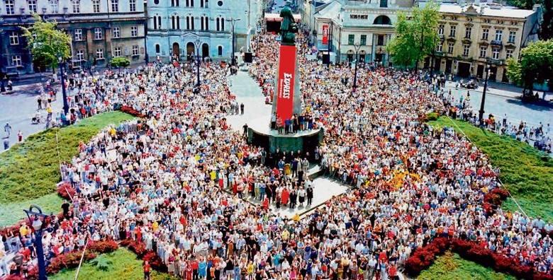 """Ponad 5 tys. łodzian przyszło 14 czerwca 2003 roku na plac Wolności, by zostać uwiecznionym na """"Wielkim zdjęciu łodzian"""" zrobionym z okazji 80-lecia"""