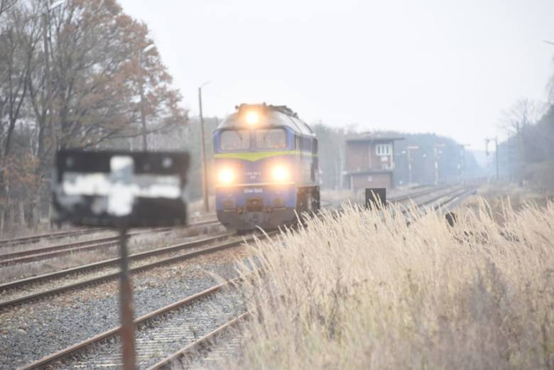 Najmniejsze pensje na kolei mają pracownicy, którzy odpowiadają za obsługę strzeżonych przejść kolejowych. Dróżnik przejazdowy zarabia średnio 1600-1800