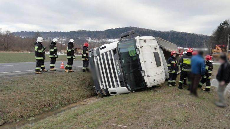Witowice. Ciężarówka wywróciła się i wpadła do rowu [ZDJĘCIA]
