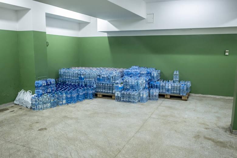 Kibice Lecha Poznań organizują zbiórkę niegazowanej wody pitnej dla szpitala miejskiego przy ul. Szwajcarskiej w Poznaniu. Tam trafiają osoby zakażone