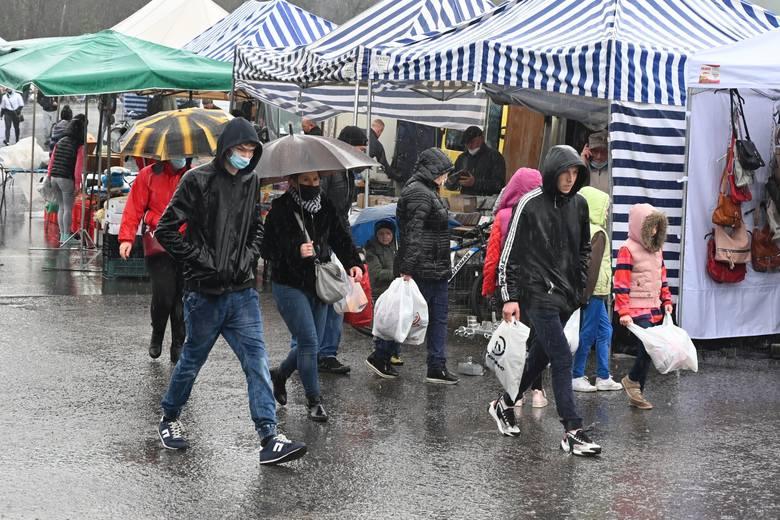 Porywisty wiatr i deszcz nie zniechęciły mieszkańców regionu do zakupów na giełdzie w Miedzianej Górze. W niedzielę na giełdę wybrało się wiele osób.