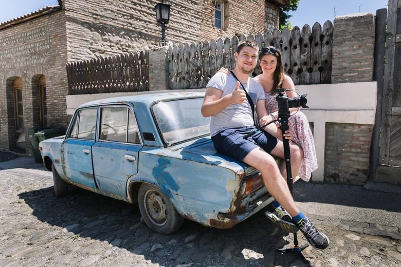 Krzysztof Nodar Ciemnołoński z podróżniczkami  - w Dawid Garedża, klasztorze wykutym w skale w VI wieku naszej ery. Takich atrakcji skalnych  jest w