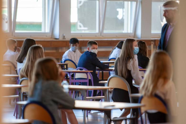 Zgodnie z planem w bydgoskich szkołach rozpoczął się egzamin ósmoklasisty. Uczniowie pierwszego dnia zdają język polski. Egzaminy we wszystkich szkołach