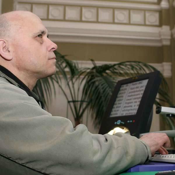 Niewidomy Stanisław Bożek szuka pracy od 13 lat: - Technika tak poszła do przodu, że nawet osoby słabo czy niewidzące mogą korzystać z komputera. Brakuje