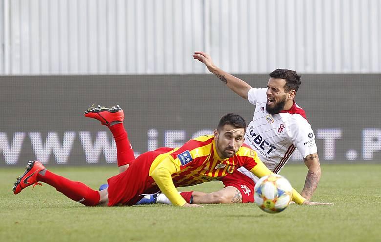 Piłkarze Korony Kielce zagrali fatalnie w obronie i przegrali 1:4 w meczu PKO Ekstraklasy z ostatnim w tabeli ŁKS Łódź. Kilku zawodników mocno zawiodło.