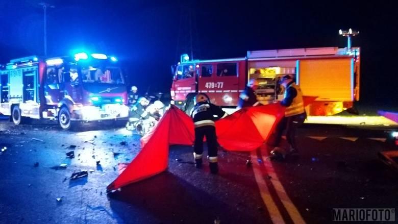 Zgłoszenie o wypadku w Kowalach (gmina Praszka) na trasie Kluczbork - Wielun staż pożarna otrzymała o godz. 21.14. Na miejsce pojechały 3 jednostki.Tam