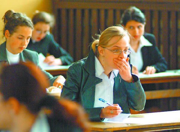 Z analizy ekspertów wynika, że żaden z  egzaminacyjnych zestawów nie okazał się się  dla uczniów łatwy. Wszystkie były trudne albo  bardzo trudne.