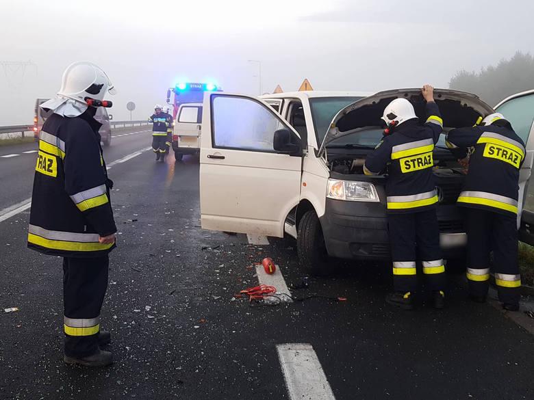 W niedzielę około godz 6 na drodze krajowej nr 6 (obwodnica Karlina, powiat białogardzki) doszło  do zderzenia dwóch aut marki Volkswagen. Gdy kierowca