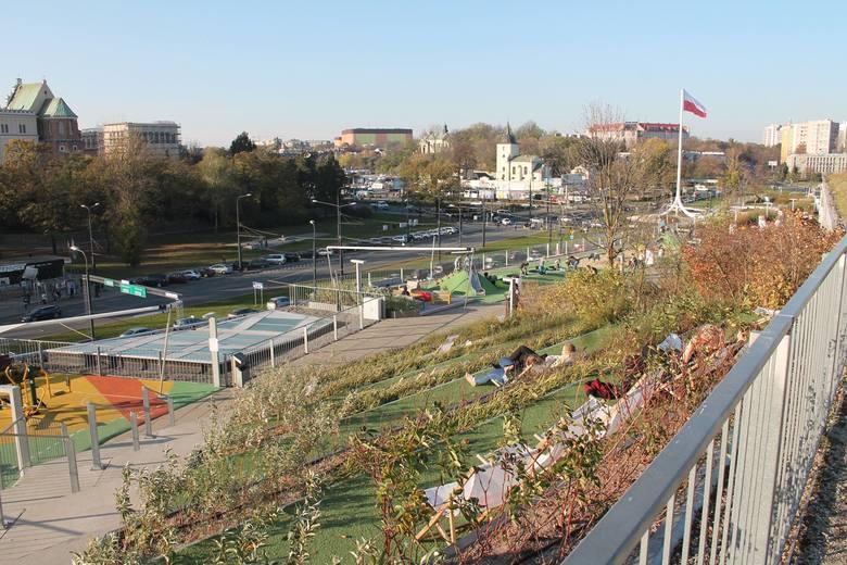 Centrum handlowe obok lubelskiego zamku. Zamiast wielkiej hali zieleniec z krzewami oraz leżakami i placami zabaw<br />
