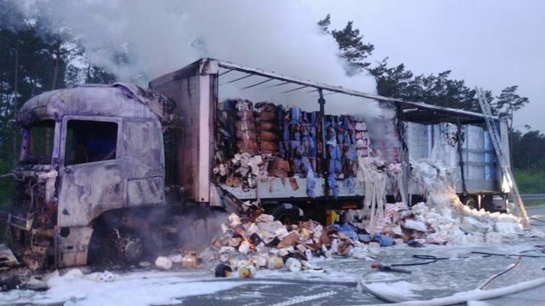 Około godziny 3.20 we wtorek, 26 maja, na drodze S8 w kierunku Warszawy za mopem Paprotnia zapalił się zastaw samochodu ciężarowego Scania z naczepą