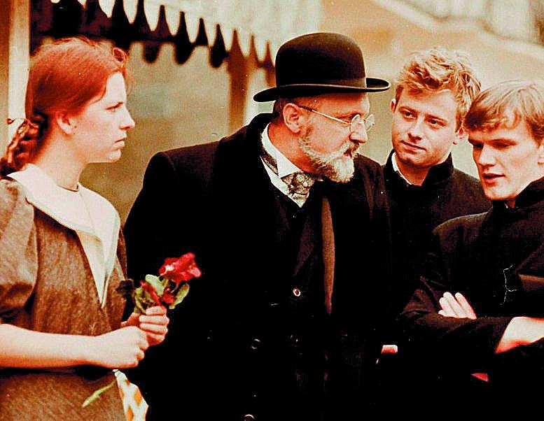 """""""Pogranicze w ogniu"""" serial z 1992-1993 roku. Na zdjęciach: Cezary Pazura (Czarek Adamski), Olaf Lubaszenko (Franz Relke), Henryk Machalica (profesor Strauss) i Joanna Jankowska (Dorota Matusiak)."""