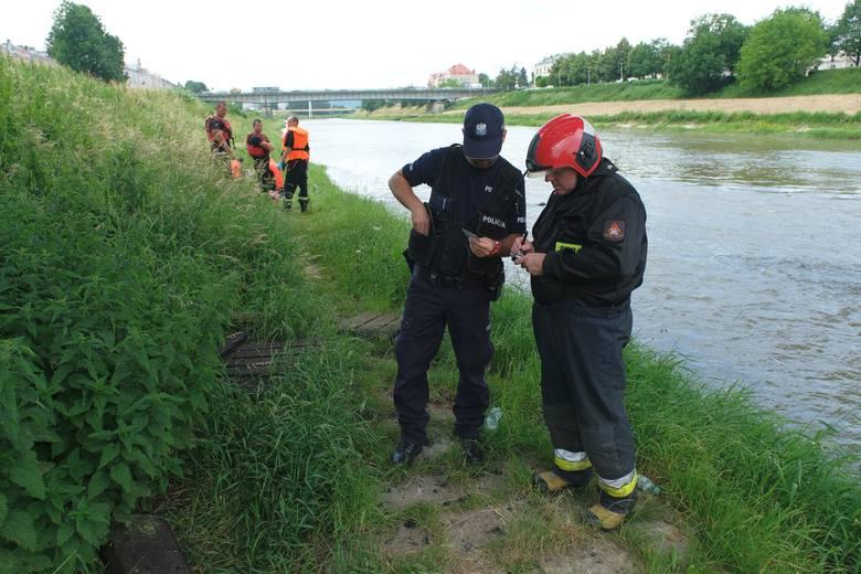 W piątek przed godz. 12 mężczyzna zbierający puszki nad brzegiem Sanu w Przemyślu, zauważył w rzece zwłoki. Na miejsce wezwano służby ratunkowe. Ciało