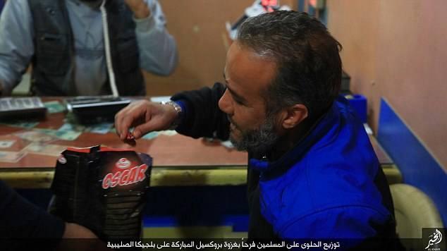 ISIS świętuje zamach w Brukseli rozdając cukierki..