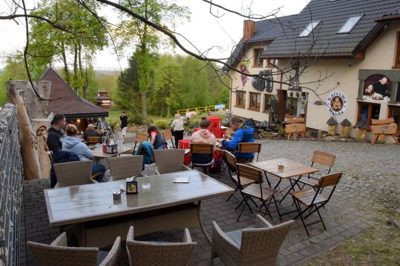 W sobotę, 15 maja, ruszyły ogródki gastronomiczne przy restauracjach w Nowej Słupi. Po wielu miesiącach przerwy to pierwszy raz, kiedy można spotkać