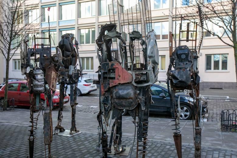 Nie da się przejść obok nich obojętnie. Przy Miejskim Centrum Kultury w Bydgoszczy od dwóch dni można podziwiać wyjątkowe rzeźby autorstwa Czesława Podleśnego.