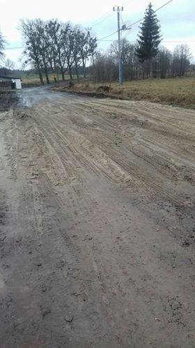 - Zobaczcie, jak fatalnie wyremontowano drogę w Łąkiem - alarmuje internauta. I przesyła na dowód zdjęcia. - Są trzy miejsca, trzy punkty na drogach