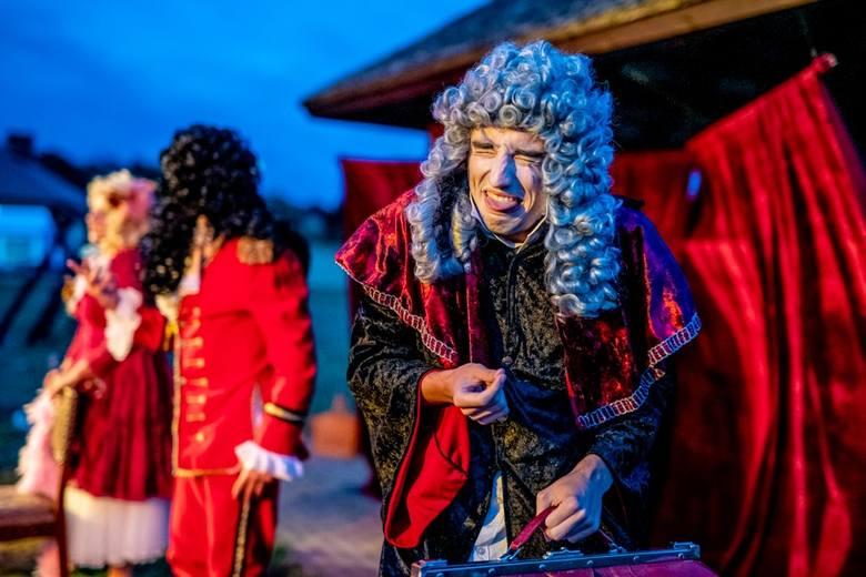 """Spektakl """"Circus Paradise"""" w plenerze na placu przed Teatrem Przedmieście w Rzeszowie"""