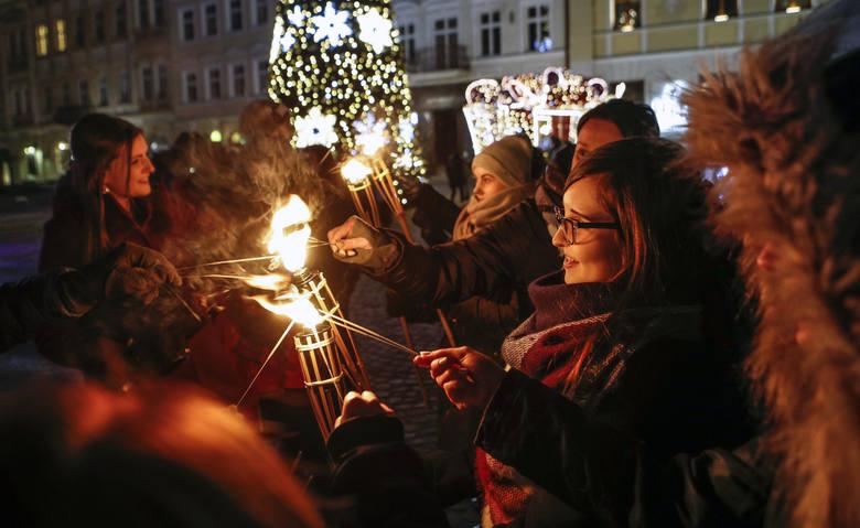 Dzisiaj na Rynku w Rzeszowie otwarto Świąteczne Miasteczko. Z tej okazji na scenie odbyły się koncerty, rozpoczął się też Jarmark Bożonarodzeniowy, który