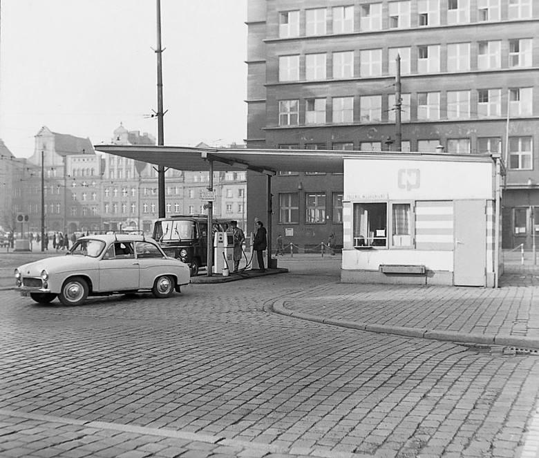 Syrena 105 wyjeżdża ze stacji benzynowej na wrocławskim Rynku