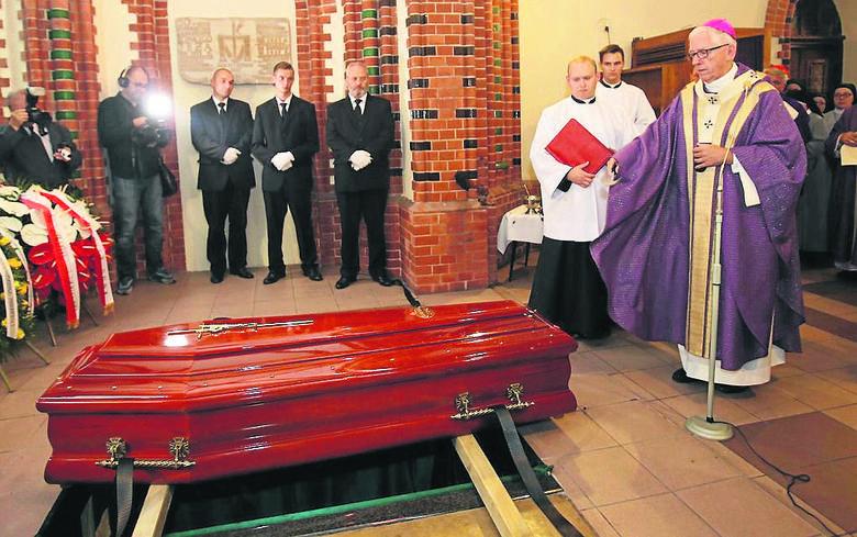 Trumna z ciałem apb. Szczepana Wesołego najpierw spoczęła w archikatadrze Chrystusa Króla, a następnie została przeniesiona do grobowca w biskupów w kościele św. Piotra i Pawła