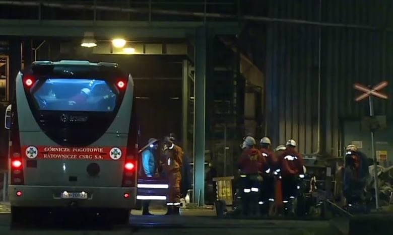 Wybuch metanu w kopalni w Karwinie. Zginęli Polacy. Na miejsce wybuchu przyjechali ratownicy górniczy.