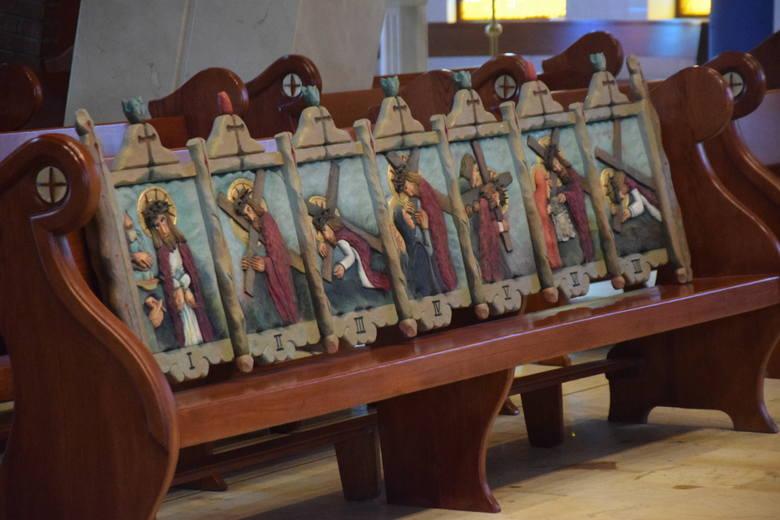 Droga Krzyżowa Antoniego Toborowicza w  kościele bł. Karoliny w Tychach.Zobacz kolejne zdjęcia. Przesuwaj zdjęcia w prawo - naciśnij strzałkę lub przycisk