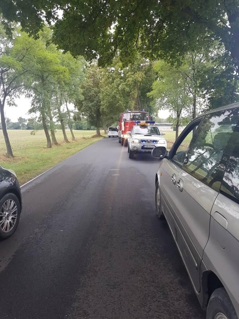 Przy wjeździe do Ośrodka Wypoczynkowego w Skorzęcinie z nieznanych dotąd przyczyn auto wypadło z drogi i dachowało. Do zdarzenie doszło w poniedziałek