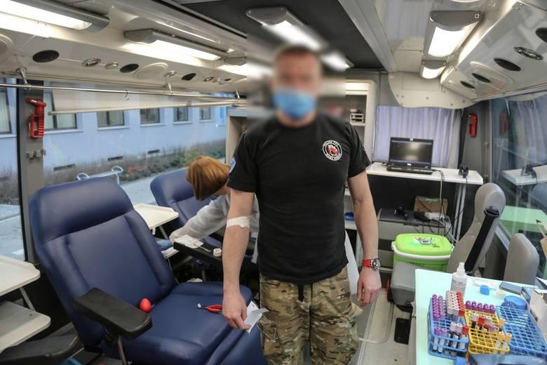 """Kraków. W """"krwawej"""" akcji wzięło udział 44 małopolskich policjantów. Funkcjonariusze oddali prawie 22 litry krwi [ZDJĘCIA]"""