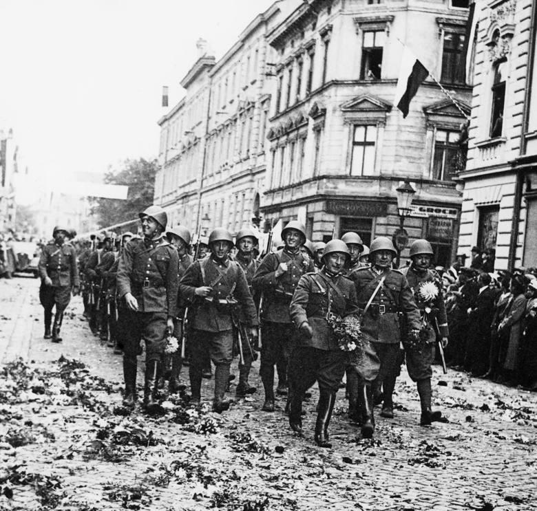 Oddziały piechoty podczas defilady w czeskim Cieszynie