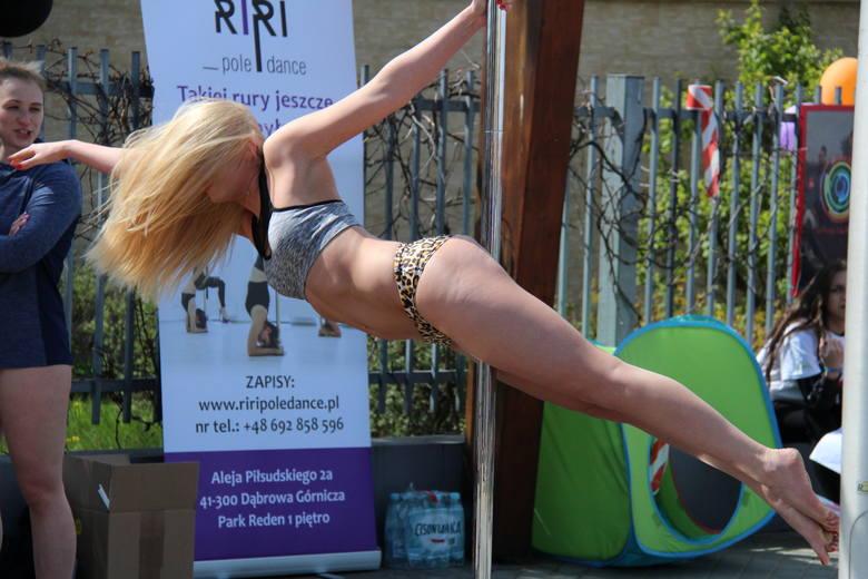 Pole dance zdobywa coraz większą popularność. Przedstawicielki płci pięknej z powodzeniem prezentowały niełatwe taneczne układy na rurze m.in. w popularnym
