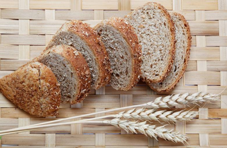 Składniki: 600 g mąki graham, 170 g mąki pszennej chlebowej, 390 ml wody, 15 g soli, 20 g drożdży, 40 g melasy lub miodu, 45 g olejuPrzygotowanie:1.