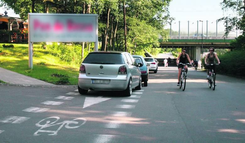 Rowerzyści najbardziej nie lubią, kiedy kierowcy parkują na ścieżkach i drogach rowerowych. Wtedy zmuszeni są jechać po drodze przeznaczonej dla ruchu