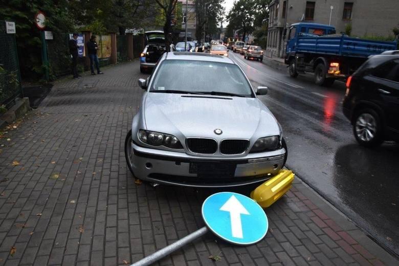 Tarnów. Pijany szaleniec w BMW omal nie zabił przechodnia, ścinał słupki przy jezdni i uszkodził inne pojazdy. Utknął na ul. Narutowicza
