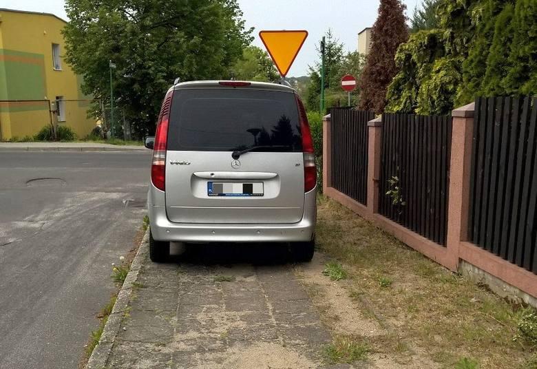 Parkowanie na chodniku w wykonaniu autodrania w Zielonej Górze