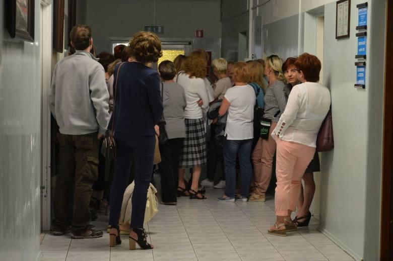 Protest pracowników w szpitalu w Ostrowcu. Domagają się podwyżek