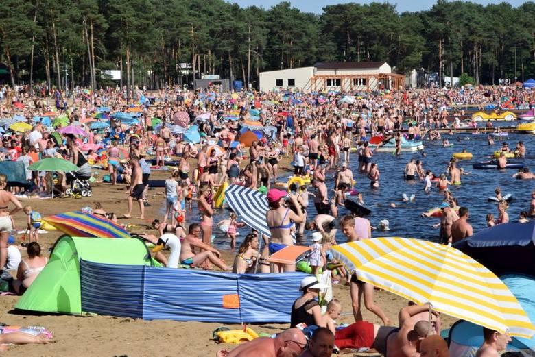 """W niedzielę, 5 lipca, prawdopodobnie padł rekord frekwencji w """"Świętokrzyskiej Ibizie"""" - plaża i kąpielisko nad zalewem w Sielpi dosłownie"""
