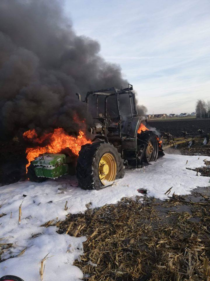 Ależ ogień! Pożar traktora na polu pod Wrocławiem