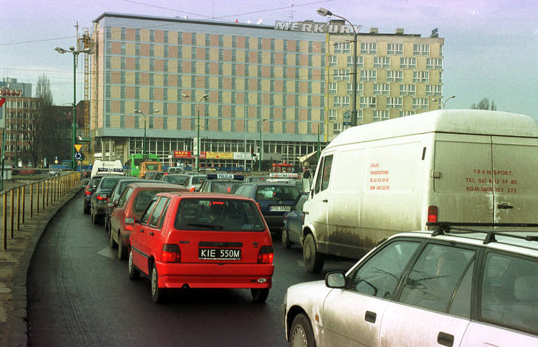 """Oto Poznań 2001 roku. Miasto bardzo się zmieniło od tego czasu? Zobaczcie zdjęcia z archiwum """"Głosu Wielkopolskiego"""" i... oceńcie sami!"""